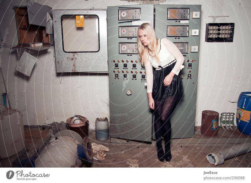 #241831 Lifestyle Stil Keller Energiewirtschaft Frau Erwachsene Leben Mensch 18-30 Jahre Jugendliche Ruine Mode Rock blond beobachten Erholung warten dreckig