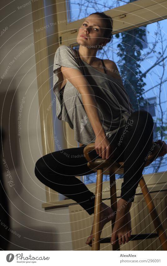 Hochsitz Jugendliche schön schwarz Junge Frau Erwachsene Erotik 18-30 Jahre Holz Stil Beine Fuß natürlich braun außergewöhnlich Körper Arme