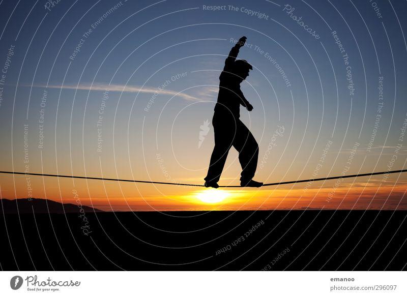 sunset slackline Lifestyle Freude Sommer Sonne Sport Mensch Mann Erwachsene Jugendliche Körper 1 Natur Horizont laufen stehen dünn frei trendy modern blau Kraft