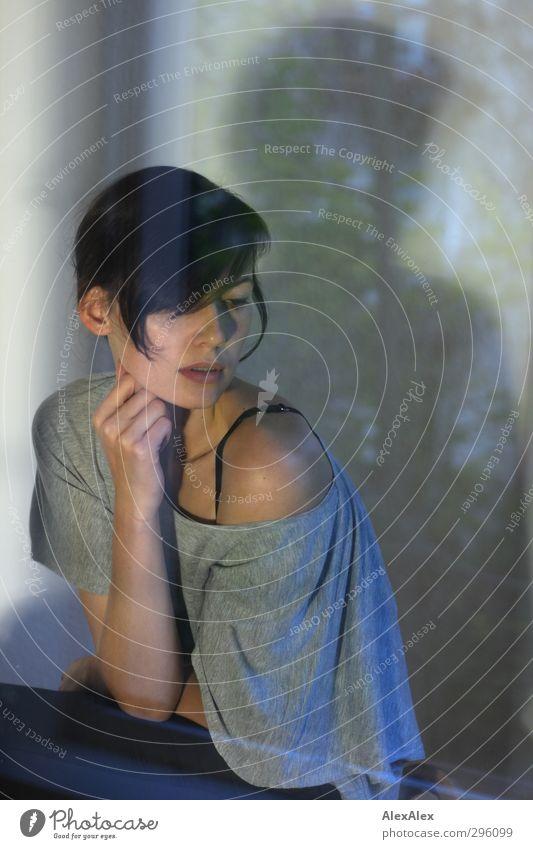Hinter Glas Junge Frau Jugendliche Kopf Arme Schulter 18-30 Jahre Erwachsene T-Shirt Hose schwarzhaarig Fenster Blick sitzen träumen ästhetisch sportlich gut
