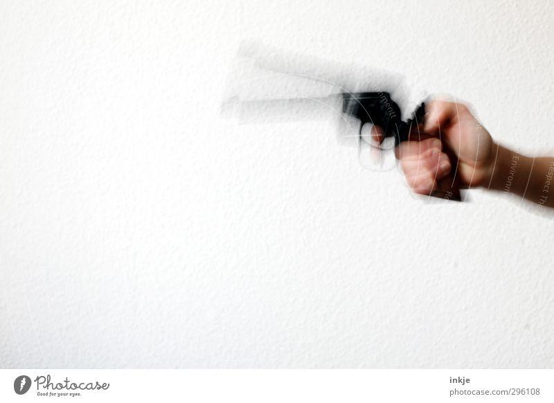 I-i-iiich b-bi-biin..... b-bewaffnet!!!! Mensch Hand Gefühle Angst gefährlich bedrohlich Sicherheit Todesangst Gewalt Konflikt & Streit Nervosität Schüchternheit Waffe zielen Pistole schießen