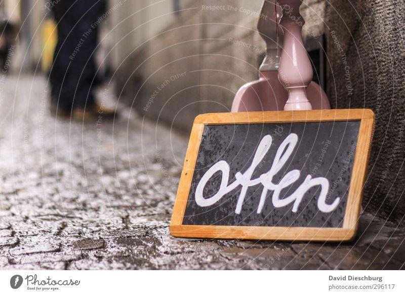 Shoppen!!!! blau Stadt weiß schwarz gelb Wege & Pfade braun offen Schilder & Markierungen Schriftzeichen Hinweisschild kaufen Zeichen Ladengeschäft Tafel Kopfsteinpflaster
