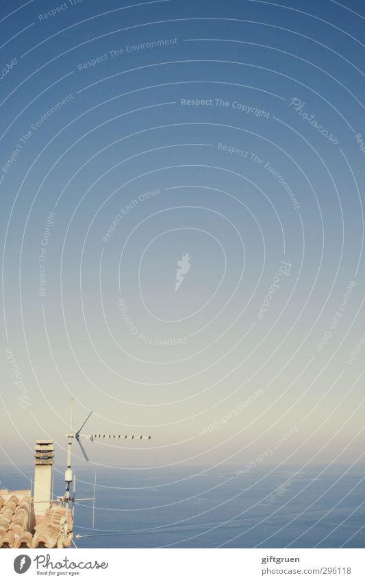 fern sehen Natur Landschaft Urelemente Wasser Himmel Wolkenloser Himmel Horizont Schönes Wetter Meer blau Sonne Schornstein Gebäudeteil Antenne Schindeldach