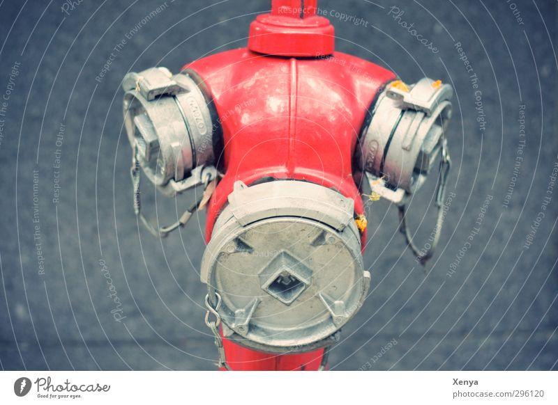 Anschluss gesucht Metall kalt trist Stadt grau rot Hydrant Gesicht Feuerwehr Kette Sicherheit Außenaufnahme Nahaufnahme Menschenleer Hintergrund neutral