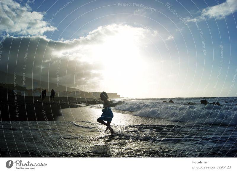 Schnell weg! Mensch feminin Kind Mädchen Kindheit Umwelt Natur Landschaft Urelemente Wasser Himmel Wolken Sonne Sommer Schönes Wetter Wellen Küste Meer hell