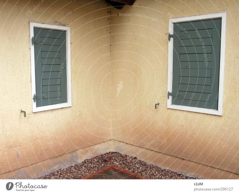 90° Dorf Menschenleer Haus Mauer Wand Fassade Fenster Beton Holz ästhetisch Partnerschaft Entschlossenheit Verfall beige grün stille Ecke Autofenster