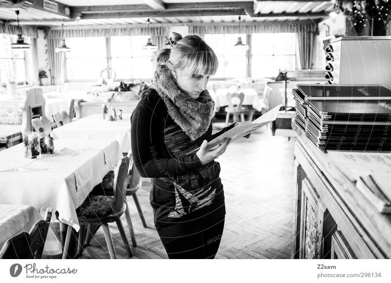 Bestellung Gastronomie feminin Junge Frau Jugendliche 18-30 Jahre Erwachsene Accessoire Schal blond langhaarig kaufen entdecken lesen Blick authentisch
