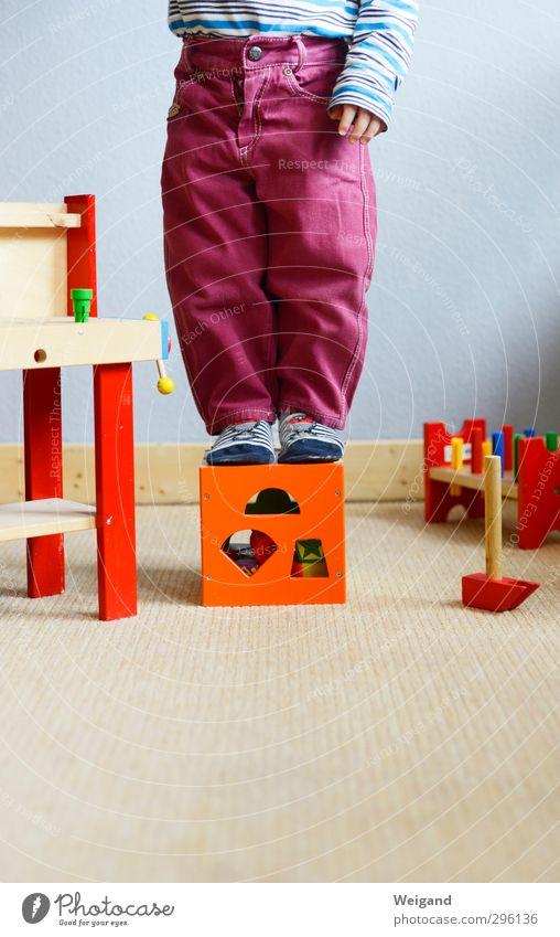 Out of the box Mensch Kind Spielen Beine Wohnung Baby Häusliches Leben lernen Neugier Kleinkind Kindergarten Kindererziehung Kinderzimmer 0-12 Monate 1-3 Jahre