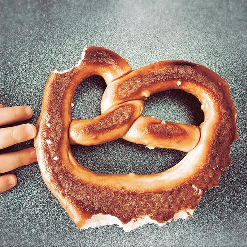 fingerspitzengefühl | von der hand in den mund Lebensmittel Gesicht Essen lustig lachen Ernährung Finger berühren Backwaren wählen Kleinkind Teigwaren ködern