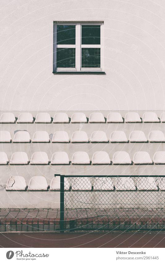 Mehrere Sitzplätze im Schulstadion Design Spielen Sommer Sonne Stuhl Sport Publikum Fußball Stadion Schule Menschengruppe Theater Konzert Buch Kunststoff Linie