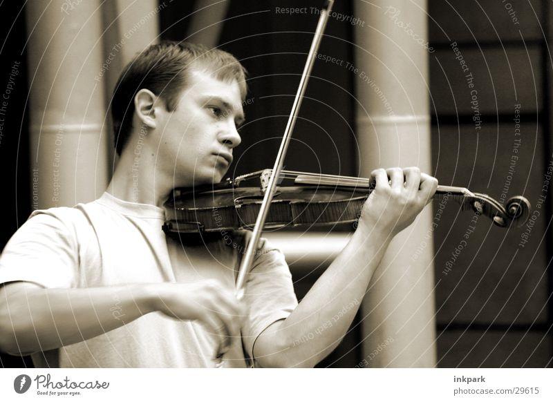 Fiedler on the roof Mann Spielen Musik Konzert hören Musikinstrument Geige