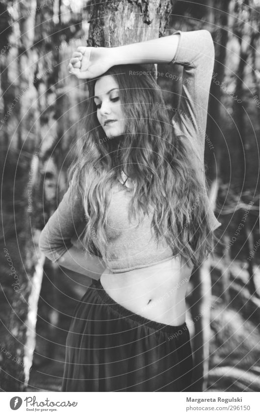 wald Lifestyle elegant Stil schön feminin Junge Frau Jugendliche Erwachsene 1 Mensch 18-30 Jahre T-Shirt Rock Kleid Pullover Haare & Frisuren schwarzhaarig