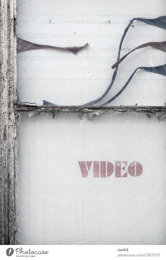 Stummfilm Kleinstadt Fenster Fensterrahmen Zeichen Schriftzeichen Hinweisschild Warnschild Werbung Videothek alt historisch Nostalgie Rätsel Schwäche Verfall