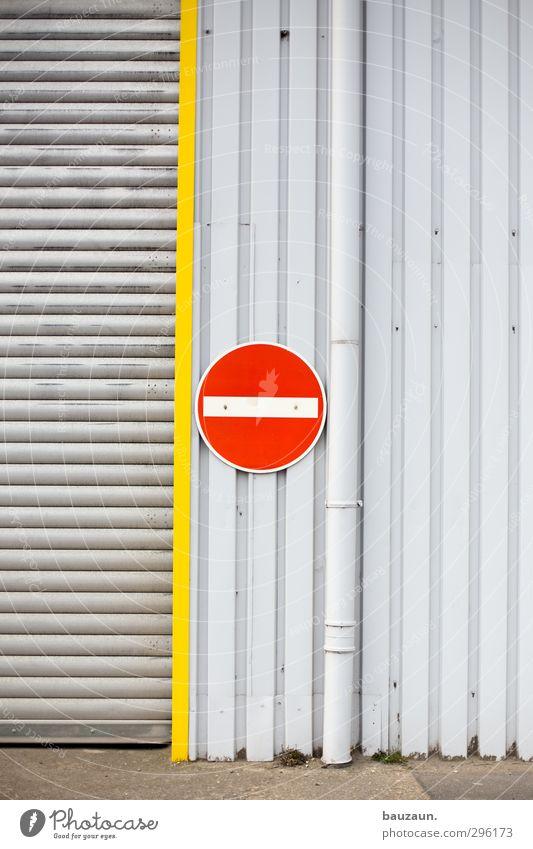 -. rot gelb Wand Straße Wege & Pfade Mauer Gebäude grau Metall Linie Fassade Tür Verkehr Schilder & Markierungen Beton Schriftzeichen