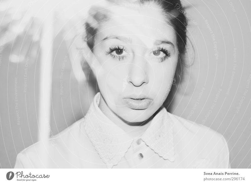 weiß.(8) Mensch Jugendliche schön Junge Frau Gesicht Erwachsene Wand feminin Haare & Frisuren 18-30 Jahre Mauer Mund ernst Zopf Funken Bluse