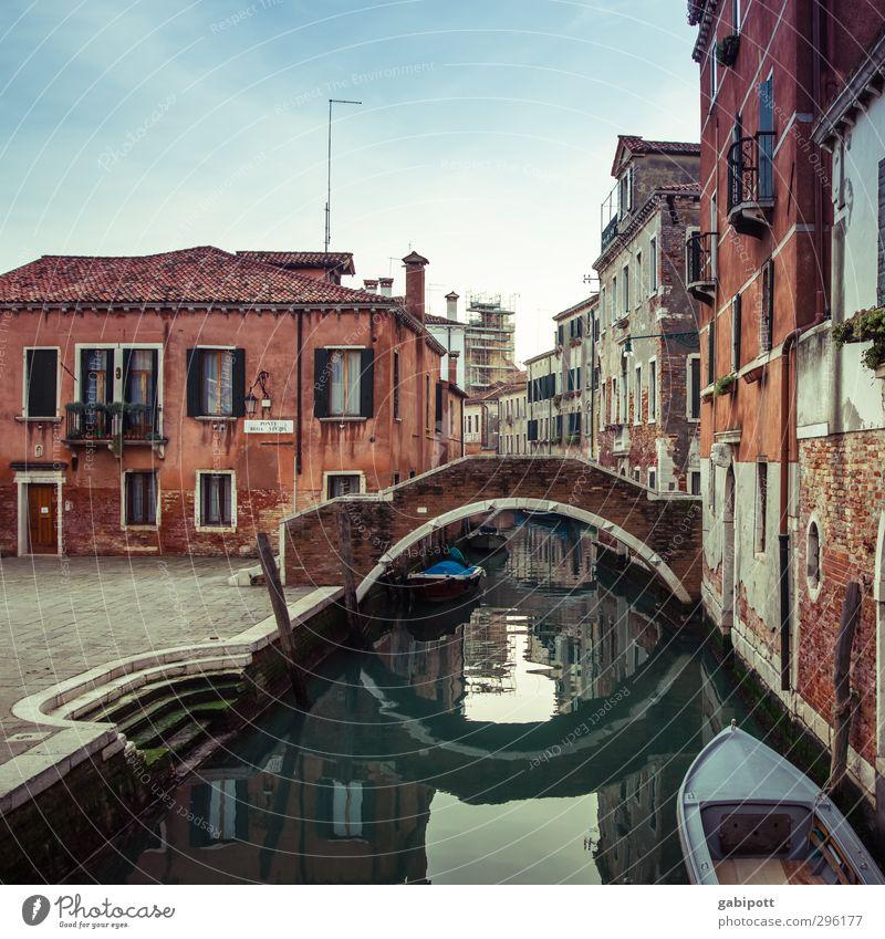 eine von vielen Venedig Hafenstadt Altstadt Menschenleer Haus Platz Brücke Mauer Wand Fassade Fenster Dach alt Kanal Wasseroberfläche Wasserfahrzeug mehrfarbig