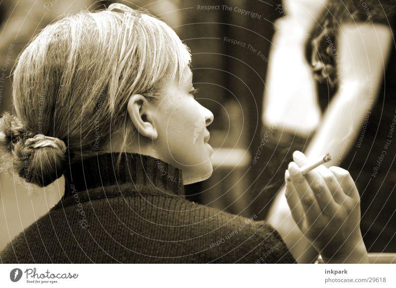 Unterhaltsam Frau sprechen Zufriedenheit blond Rauchen Café Zigarette