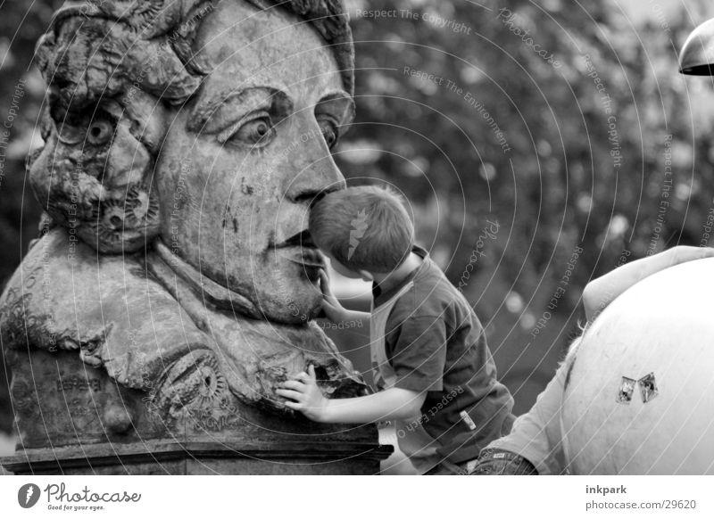 Einem geschenktem Gaul... Mensch Junge Stein Neugier