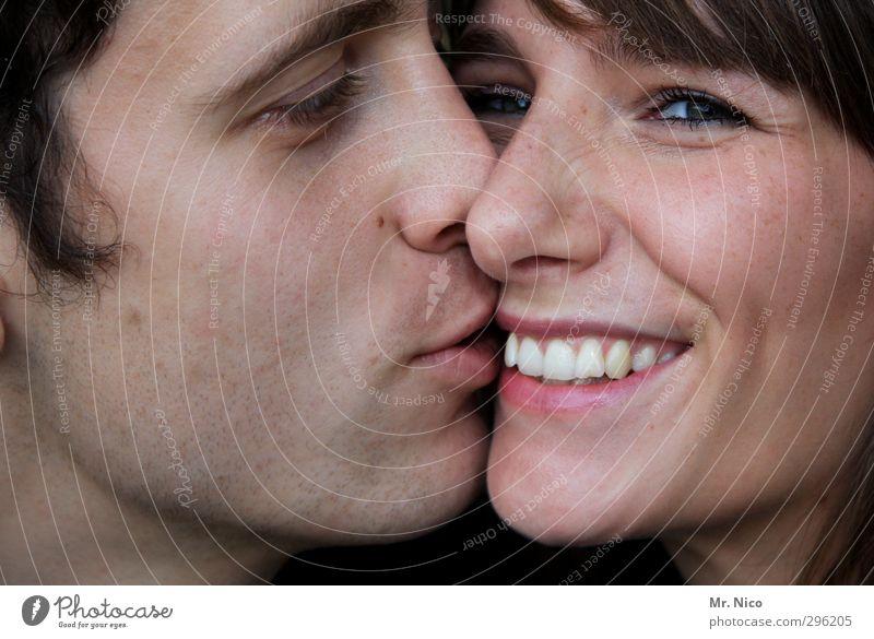 kiss maskulin feminin Junge Frau Jugendliche Junger Mann Paar Partner Haut Gesicht Mund Lippen Zähne 2 Mensch berühren genießen Küssen Lächeln lachen leuchten