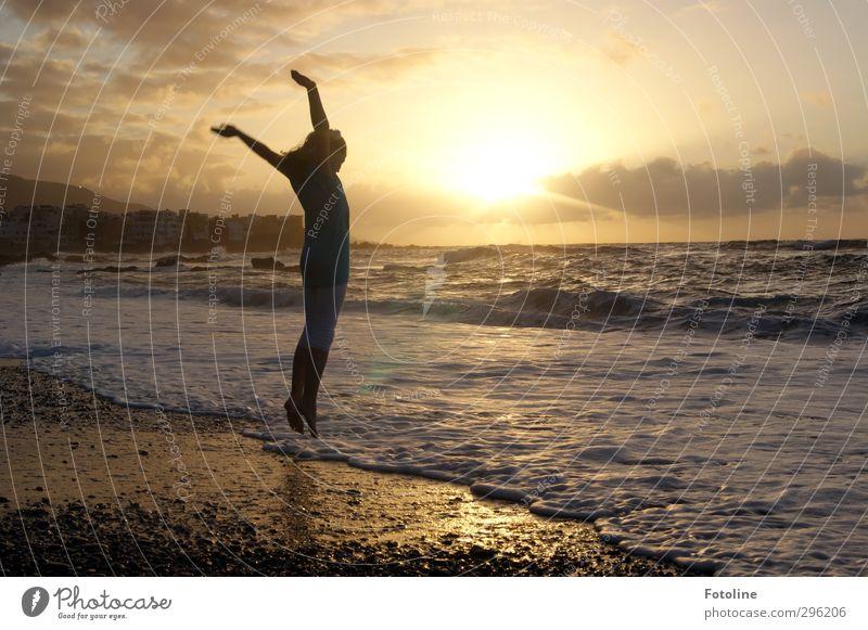 Luftsprung Mensch feminin Kind Mädchen Kindheit Körper Kopf Arme Hand Beine Fuß Umwelt Natur Himmel Wolken Sonne Sommer Wetter Schönes Wetter Wärme Wellen Küste