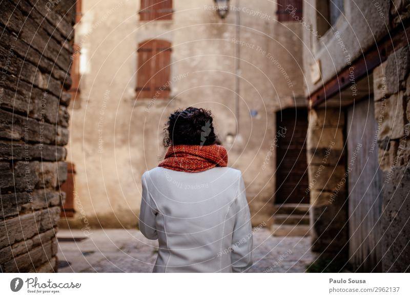Frau, die durch die Straßen der Provence geht. Lifestyle Ferien & Urlaub & Reisen Tourismus Ausflug Mensch feminin Junge Frau Jugendliche 1 18-30 Jahre