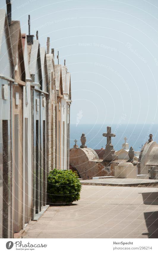 Ruhelage mit Meerblick Wolkenloser Himmel Schönes Wetter Menschenleer Gebäude blau braun grau Friedhof Familiengruft Gruft Christliches Kreuz Korsika Küste