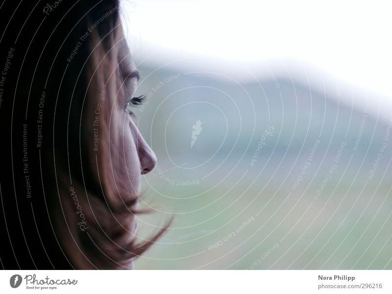 nasenspitze gen süden Mensch Frau Jugendliche blau Ferien & Urlaub & Reisen schön Einsamkeit Gesicht Erwachsene Ferne Auge kalt Leben Traurigkeit Haare & Frisuren 18-30 Jahre