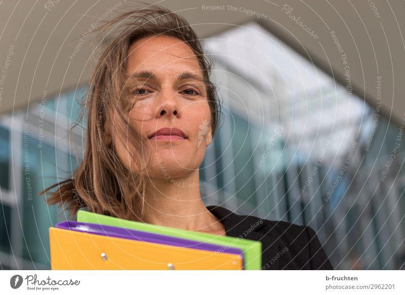 Frau mit bunten Mappen vor Bürogebäude Bildung Wissenschaften lernen Hochschullehrer Büroarbeit Wirtschaft Dienstleistungsgewerbe Business Karriere Erwachsene