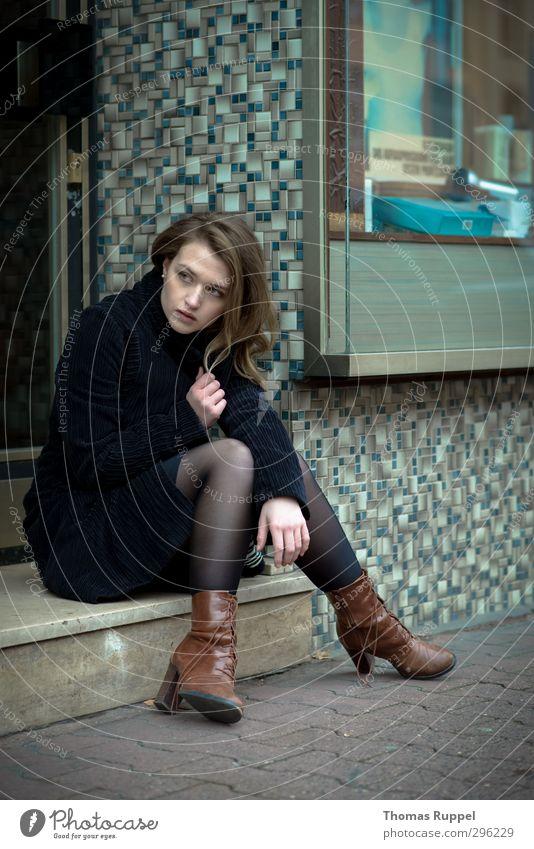 Abwarten - er wird schon kommen. Mensch feminin Junge Frau Jugendliche Erwachsene 1 18-30 Jahre Fußgängerzone Gebäude Mauer Wand Treppe Fassade Mantel Stoff