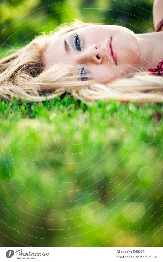 Im Morgentau I schön harmonisch Wohlgefühl feminin Junge Frau Jugendliche Gesicht 1 Mensch Natur Sonnenlicht Wiese Kleid Piercing blond langhaarig genießen