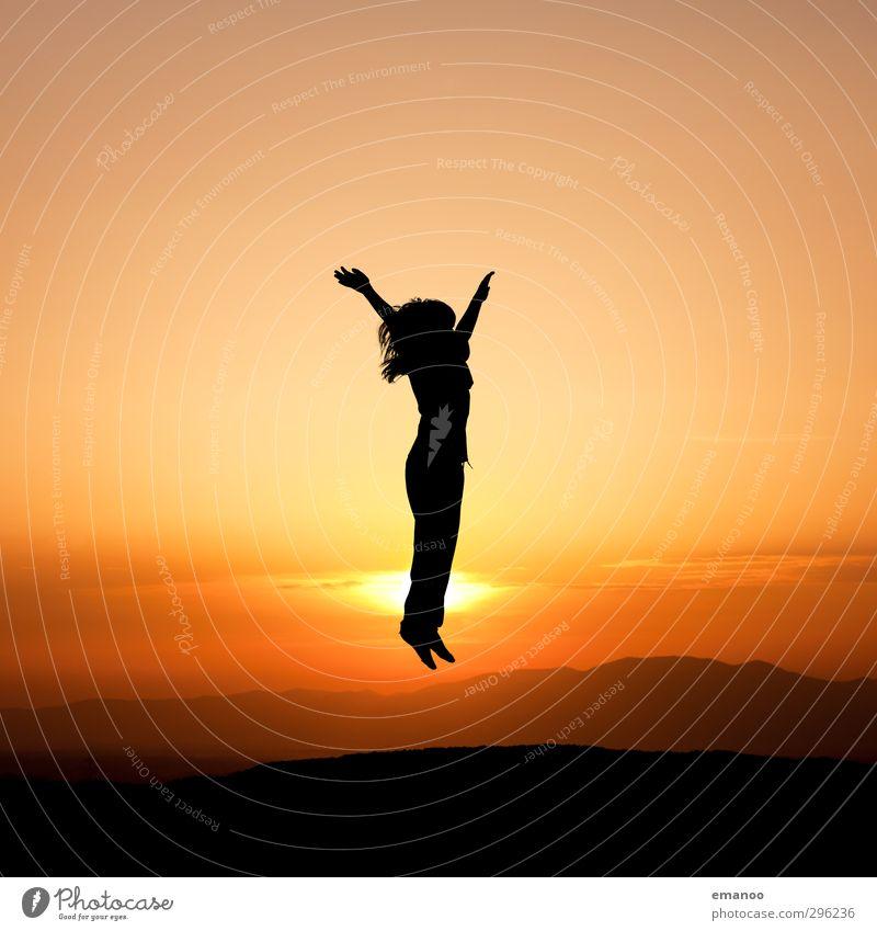 Ein Kindersprung Mensch Himmel Natur Jugendliche Ferien & Urlaub & Reisen Sommer Sonne Mädchen Freude Landschaft schwarz Berge u. Gebirge Gefühle Spielen