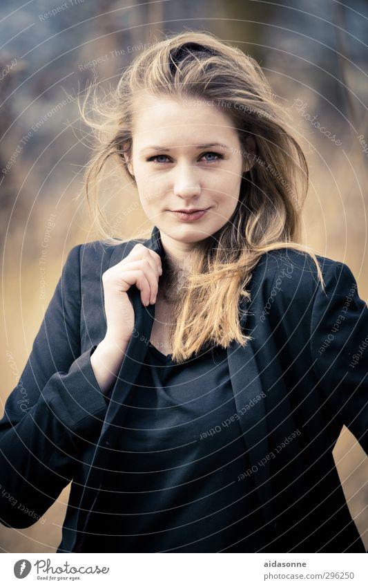 Portrait Mensch feminin Frau Erwachsene Jugendliche 1 18-30 Jahre blond Zufriedenheit Erfolg Kraft Selbstbeherrschung Farbfoto Außenaufnahme Hintergrund neutral