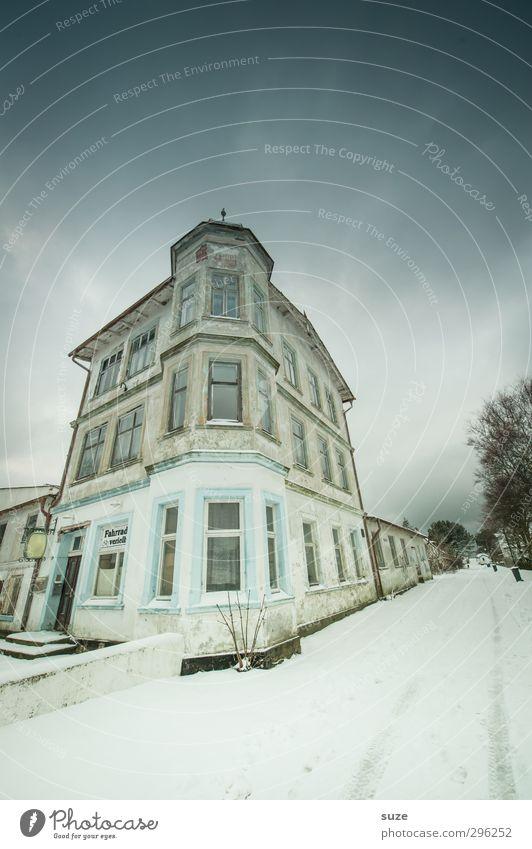 Kein Tag für Eckensteher Himmel alt Einsamkeit Winter Haus Umwelt Fenster dunkel kalt Schnee Straße Wege & Pfade Gebäude außergewöhnlich Fassade