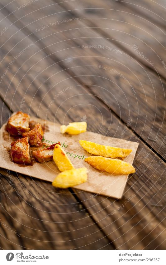 Geschmeckt hat es trotzdem Freude Lebensmittel Tisch Ernährung Bioprodukte Fett Mittagessen Recycling Wurstwaren ungesund Fastfood Laster Kreuzberg Serviette