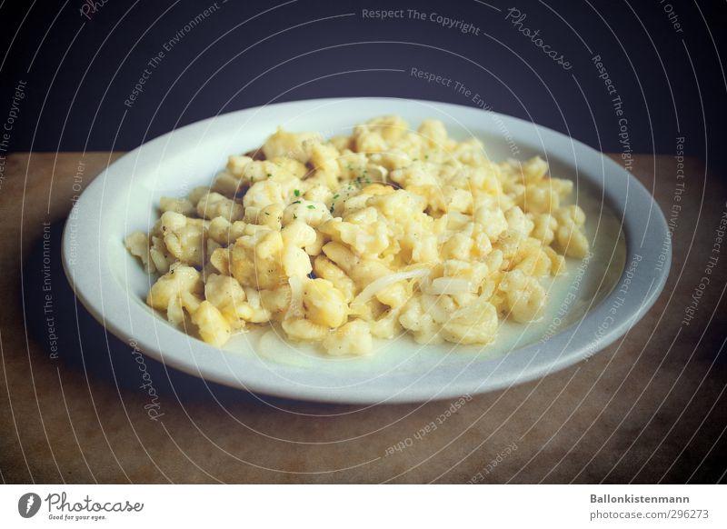 Aufgescheppt weiß gelb braun authentisch retro Teller Abendessen Mittagessen Vegetarische Ernährung Originalität bescheiden zurückhalten