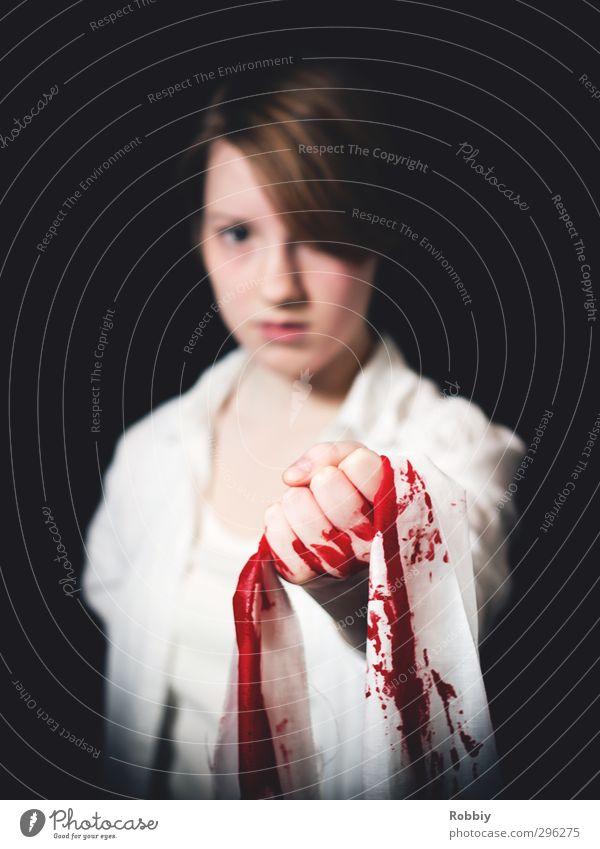 Der Unschuld ihr Blut feminin Junge Frau Jugendliche 1 Mensch 13-18 Jahre Kind festhalten stehen bedrohlich rot schwarz weiß Schmerz schuldig verstört Wut Rache