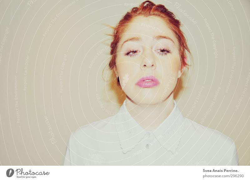weiß.(8) feminin Junge Kopf Haare & Frisuren Gesicht 1 Mensch Blume Kragen rothaarig Zopf trashig Farbfoto Gedeckte Farben Innenaufnahme Blitzlichtaufnahme