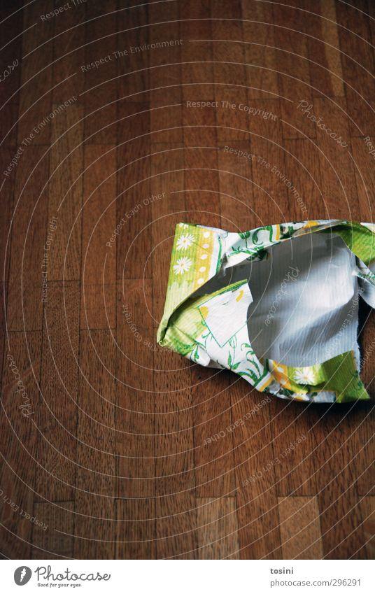 ausgepackt [2/3] Papier grün Holzfußboden Freude Vorfreude Geschenk Geschenkpapier packen wegwerfen Wegwerfgesellschaft Kindheit Bodenbelag braun weggeworfen