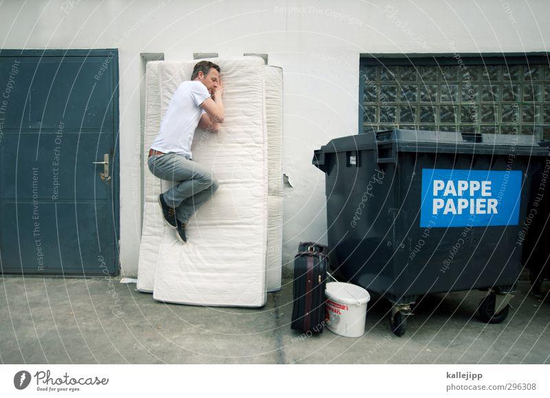 schlafstörung Häusliches Leben Schlafzimmer Mensch maskulin Mann Erwachsene Körper 1 30-45 Jahre schlafen Luftmatratze Müll Müllbehälter Fass Container