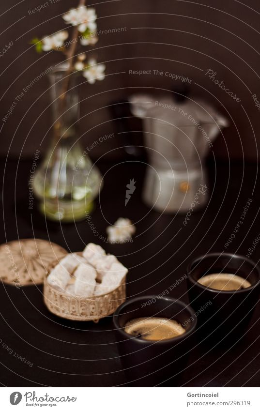 Espresso und Lokum Lebensmittel Süßwaren Ernährung Kaffeetrinken Getränk Heißgetränk Tasse dunkel lecker süß Espressokocher Kaffeemaschine Kaffeetisch Farbfoto
