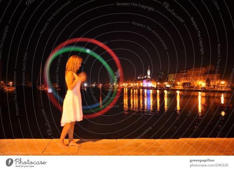 Frau spielt Leucht - Poi abends vor einer Hafenstadt Junge Frau Jugendliche leuchten Spielen Sport Ferien & Urlaub & Reisen Nachtleben Feuer jonglieren Jongleur