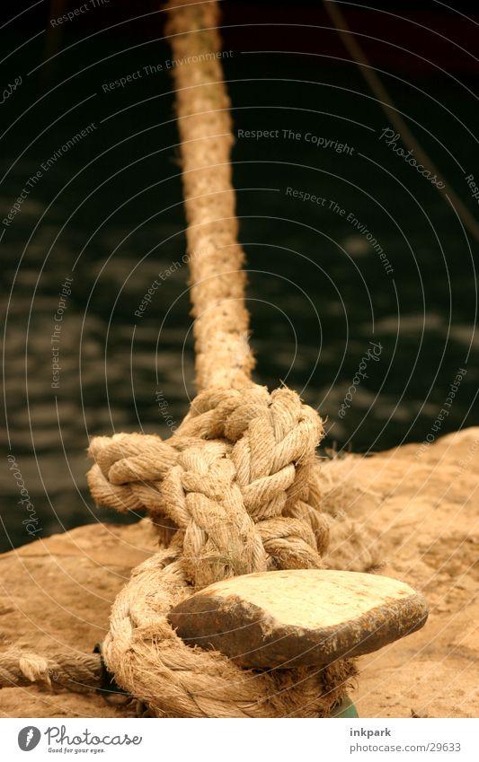Nur ein Seil Ankerplatz Anlegestelle Schifffahrt Wasser Straff