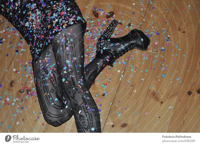 partypause. Mensch Frau Jugendliche Freude Junge Frau Erwachsene Leben feminin 18-30 Jahre Stil Feste & Feiern Beine Party Fuß liegen Tanzen