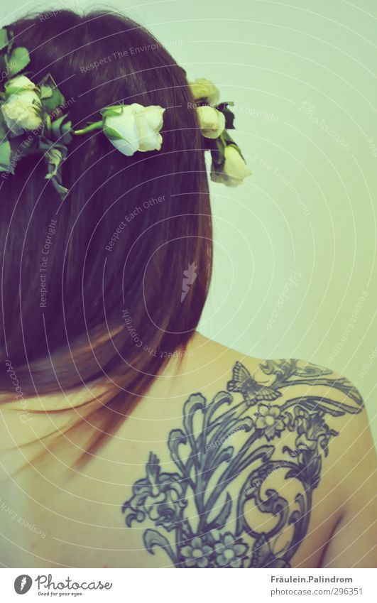Den Rücken frei_halten II. elegant Stil Mensch feminin Junge Frau Jugendliche Erwachsene Haut Haare & Frisuren 1 18-30 Jahre Tattoo brünett langhaarig