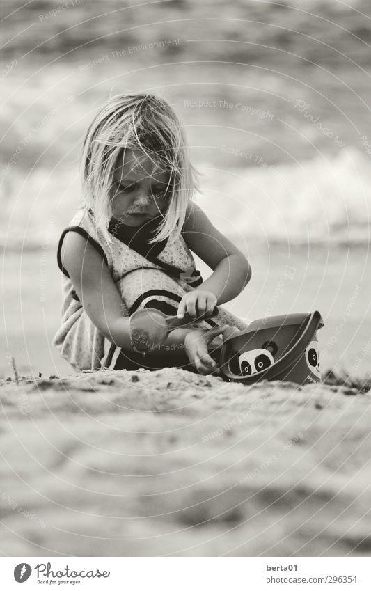 Sandspiele feminin Kind Mädchen Kindheit Leben Haare & Frisuren 1 Mensch 3-8 Jahre Wasser Spielen blond Fröhlichkeit Freiheit Schwarzweißfoto Außenaufnahme