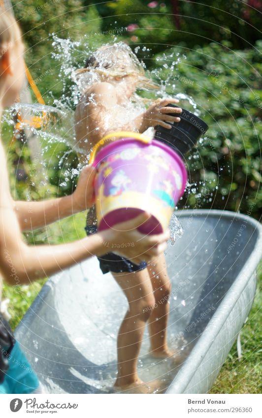 Splash! Mensch Kind Wasser Sommer Mädchen Freude feminin Spielen Junge lustig Glück Garten Gesundheit Zusammensein Kindheit maskulin