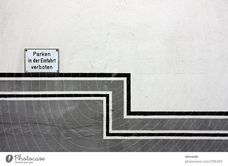 Parkverbot weiß schwarz Wand Mauer grau Linie Fassade Verkehr Schilder & Markierungen Schriftzeichen Hinweisschild Streifen Verbote Warnschild