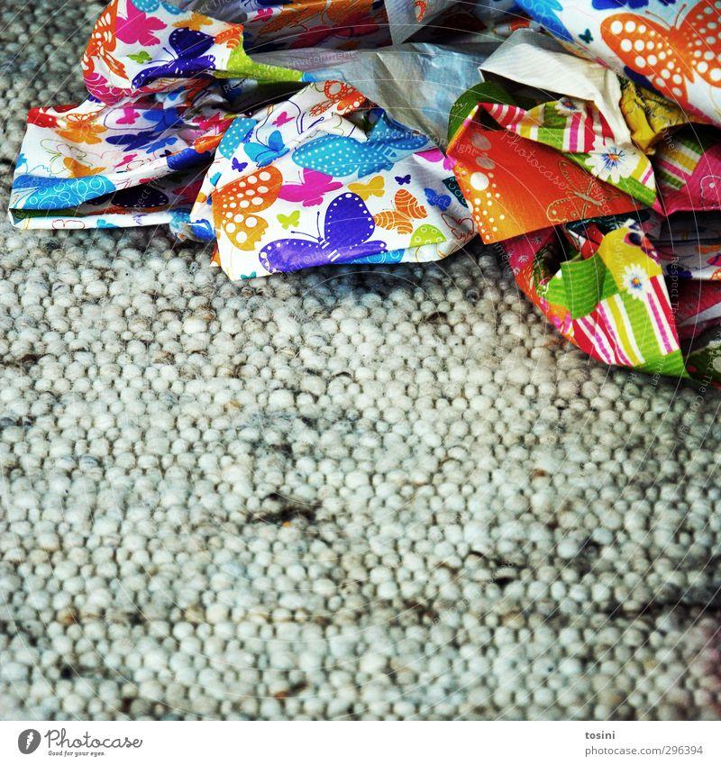 ausgepackt [3/3] Papier Vorfreude Geschenkpapier einpacken Recycling Altpapier Teppich Müll Wegwerfgesellschaft Wiederverwendung Kinderfest Kindergeburtstag