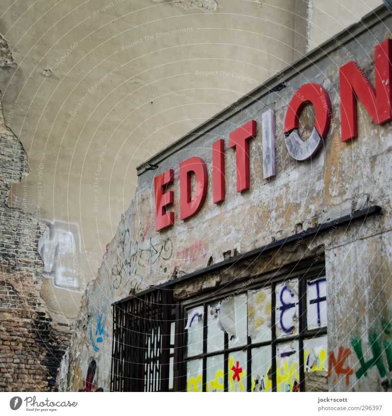 Limited alt Fenster Architektur Graffiti Fassade dreckig Design Perspektive Kreativität Vergänglichkeit kaputt Bildung Verfall Leidenschaft Ladengeschäft Wort