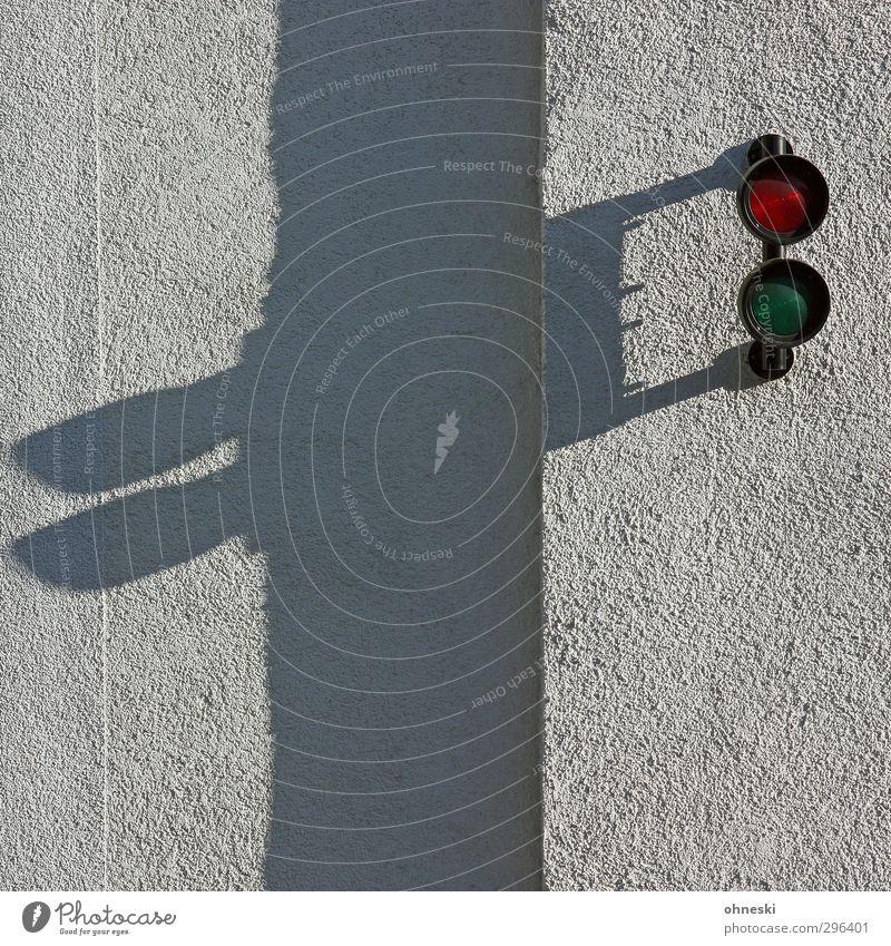 Fernglas Bauwerk Gebäude Mauer Wand Fassade Ampel Zeichen grün rot Farbfoto Außenaufnahme abstrakt Muster Strukturen & Formen Textfreiraum rechts